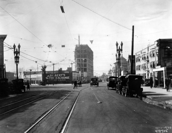 1920 view of Broadway and Tenth, looking south toward the fork between Broadway Place and Broadway's 1919 extension. Courtesy of the Security Pacific National Bank Collection, Los Angeles Public Library.