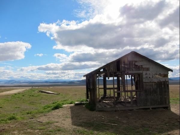 A degraded structure off Highway 58 in the Carrizo Plain | Photo by Zach Behrens/KCET