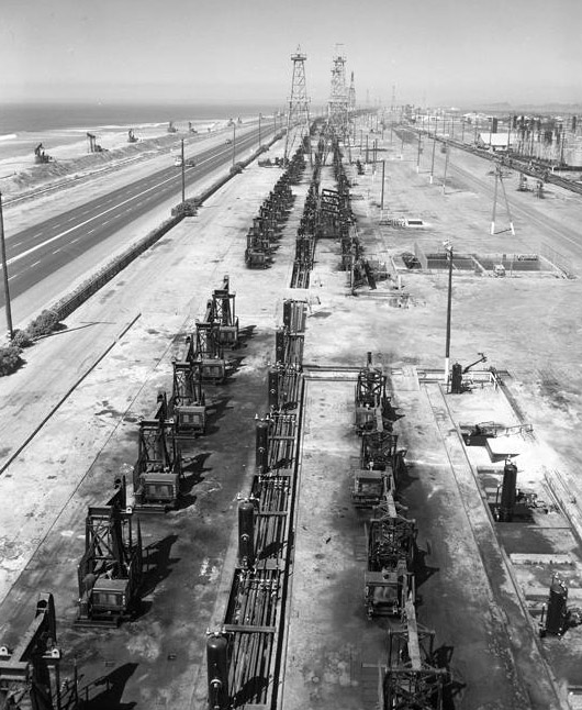 The ocean views from Pacific Coast Highway were not always pristine. In Huntington Beach, oil wells lined the highway for miles. Courtesy of the Los Angeles Times Photographic Archive, Young Research Library, UCLA. Used under a Creative Commons license.
