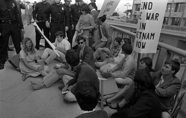 Protesters sit in front of the Century Plaza Hotel in defiance of police orders. Courtesy of the Los Angeles Times Photographic Archive, Young Research Library, UCLA.