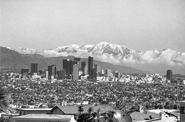 1988 view of the downtown Los Angeles skyline from the Baldwin Hills, showing construction on the 73-story Library Tower. Courtesy of the Los Angeles Times Photographic Archive. Department of Special Collections, Charles E. Young Research Library, UCLA.