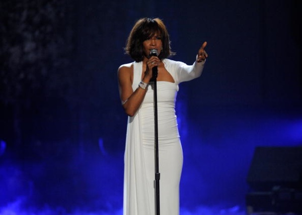 Whitney Houston performs onstage at the 2009 American Music Awards at Nokia Theatre L.A. Live on November 22, 2009 | Photo: Kevork Djansezian/Getty Images