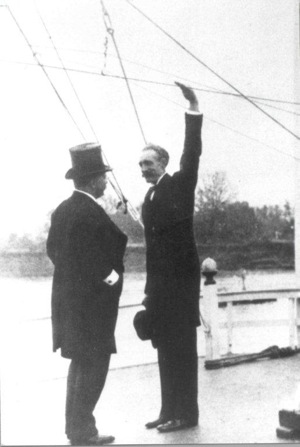 Gifford Pinchoe with arm raised and Theodore Roosevelt, Inland Waterways Commission 1907. | Photo: Courtesy Grey Towers National Historic Site