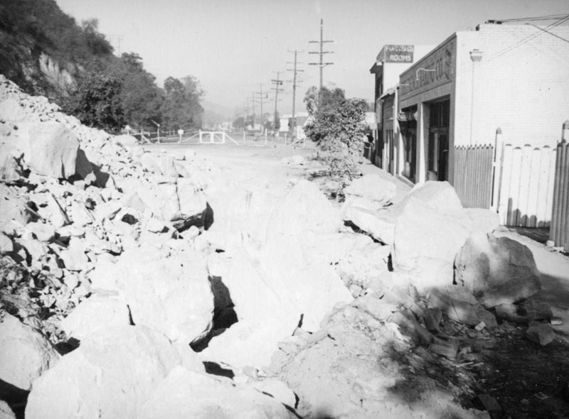 The landslide advancing across Riverside Drive. Courtesy of the Herman J. Schultheis Collection - Los Angeles Public Library.