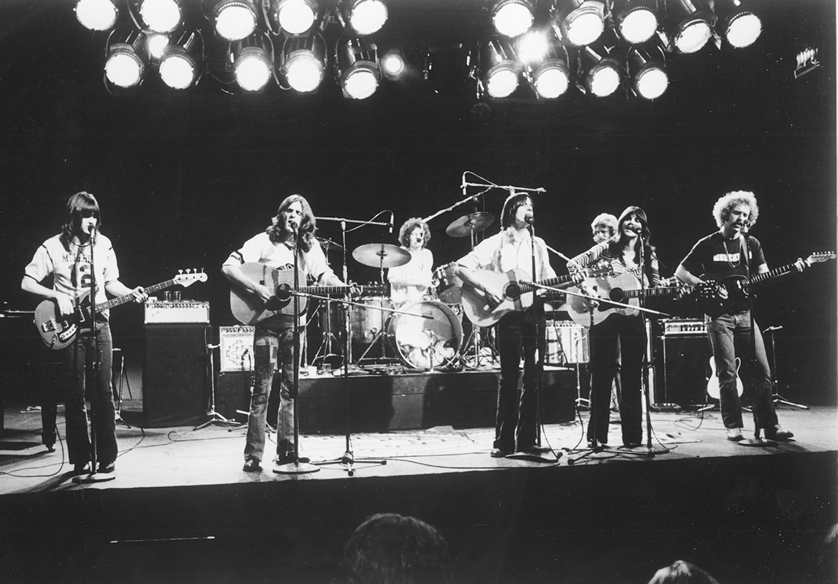 "(L-R) Randy Meisner, Glenn Frey, Don Henley, Jackson Browne, Don Felder, Linda Ronstadt, and Bernie Leadon perform with the rock band ""Eagles"" perform in circa 1976. 