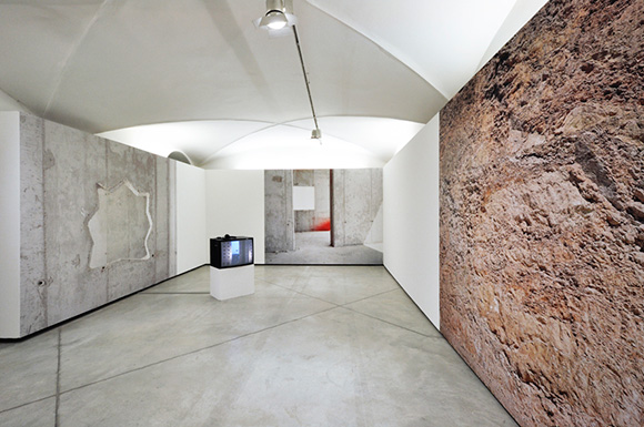 18_artists_adam_broomberg_oliver_chanarin_exhibition_unstable_territory.jpg