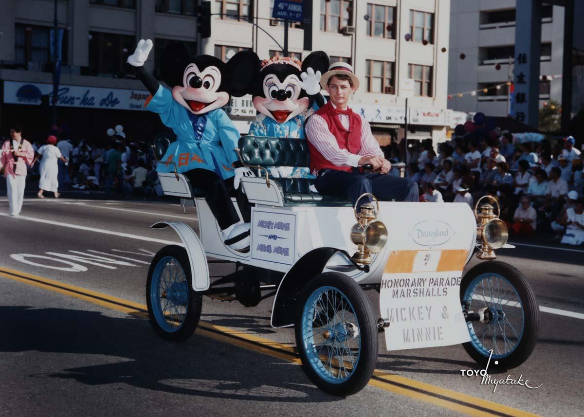 Mickey and Minnie Mouse, honorary parade marshalls, during the 1986 Nisei Week Parade | Courtesy of Toyo Miyatake Studio