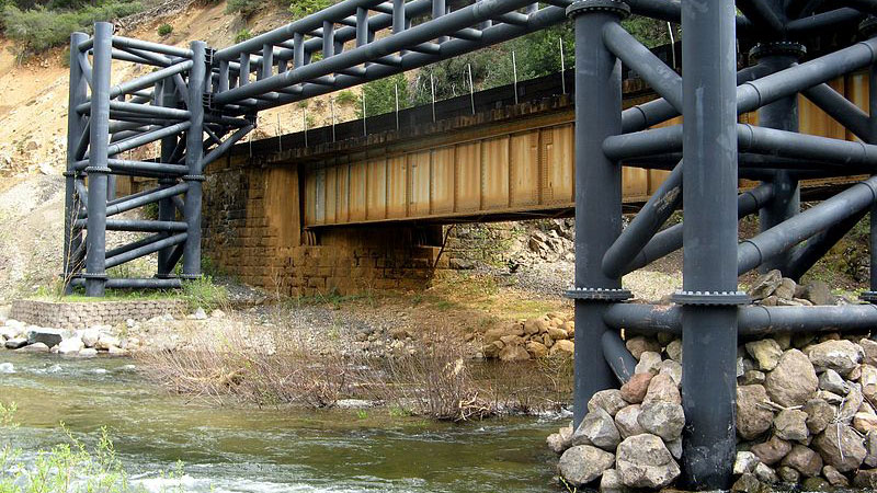 Southern Pacific Railroad installed this guardrail in the river after the 1991 derailment | Photo: mostlydeserts, some rights reserved