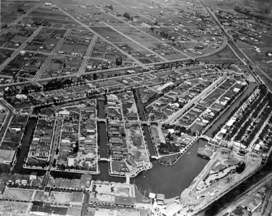 A closer aerial view of the canals in 1918. Courtesy of the USC Libraries - California Historical Society Collection.