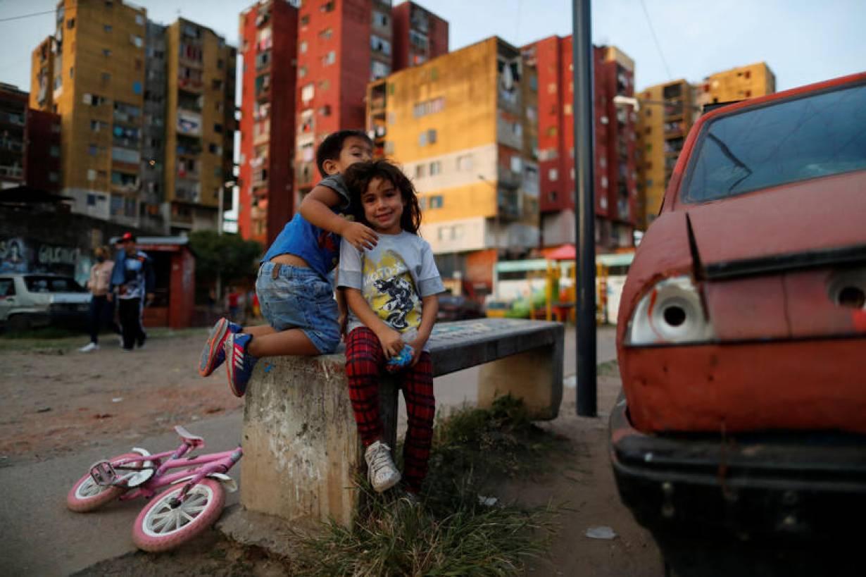 Los niños juegan durante la propagación de la enfermedad por coronavirus (COVID-19), en Fuerte Apache, en las afueras de Buenos Aires, Argentina, el 23 de abril de 2020. |  REUTERS / Agustin Marcarian
