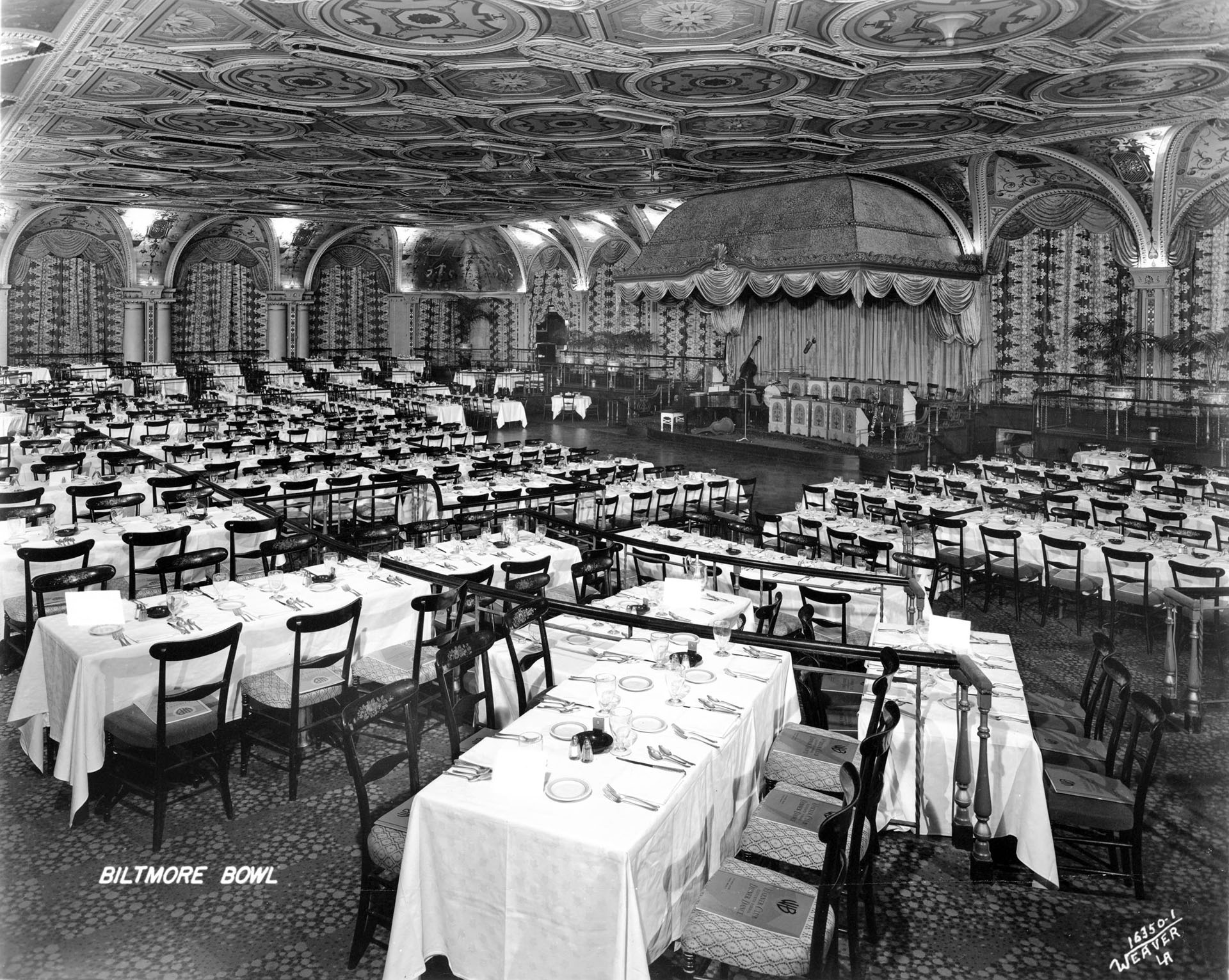 "Interior of the ""Biltmore Bowl"", a large ornate dining room in the Biltmore Hotel, [s.d.]"