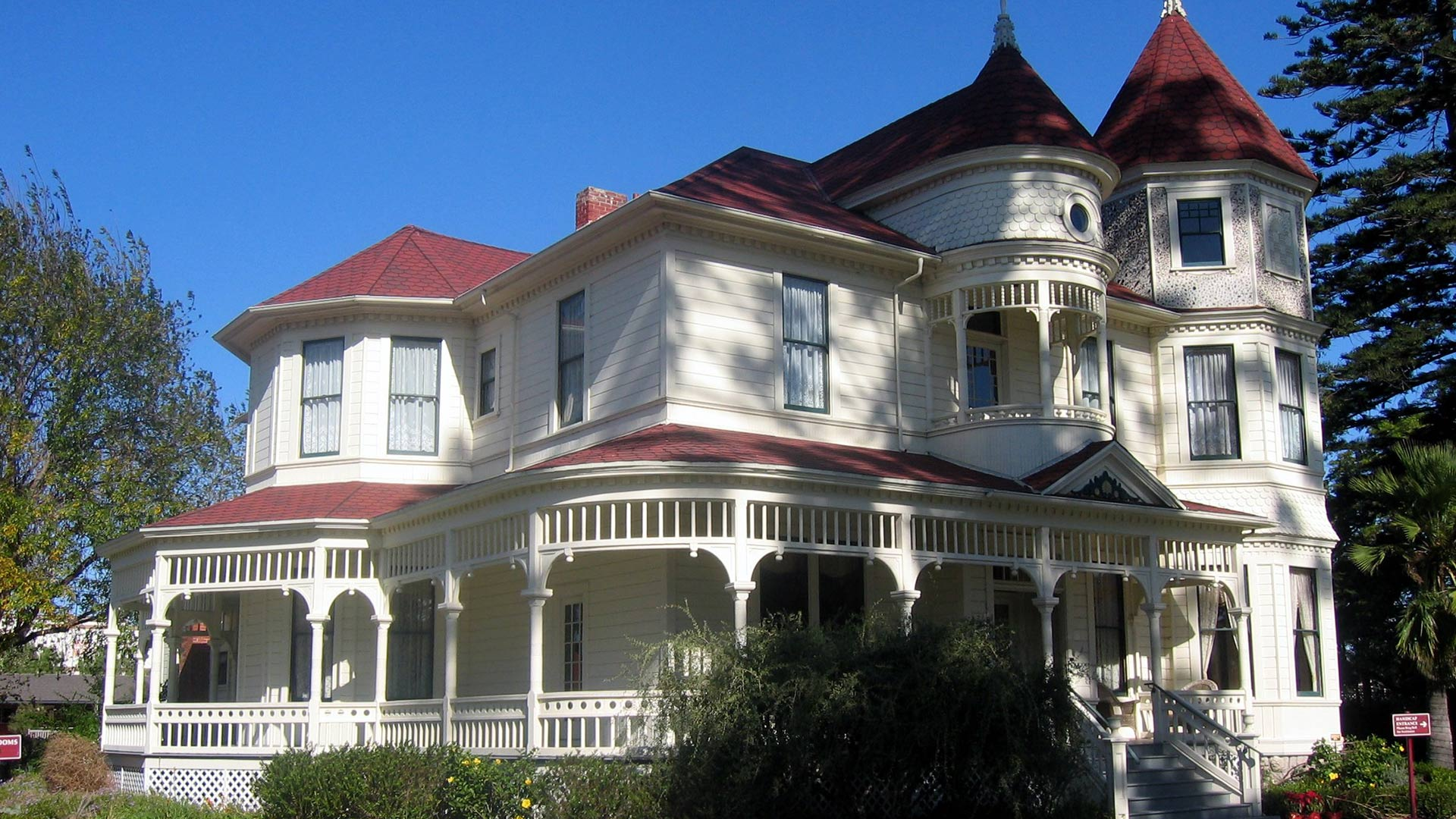 A full view of the Camarillo House.