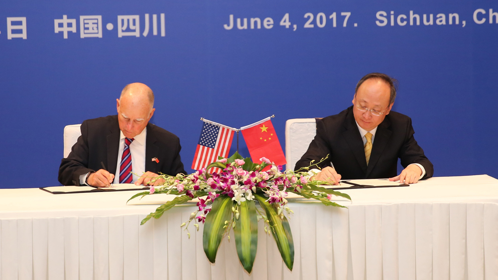 Governor Brown and Sichuan Governor Yin Li sign sister-state agreement. | Photo: Office of the Governor of California