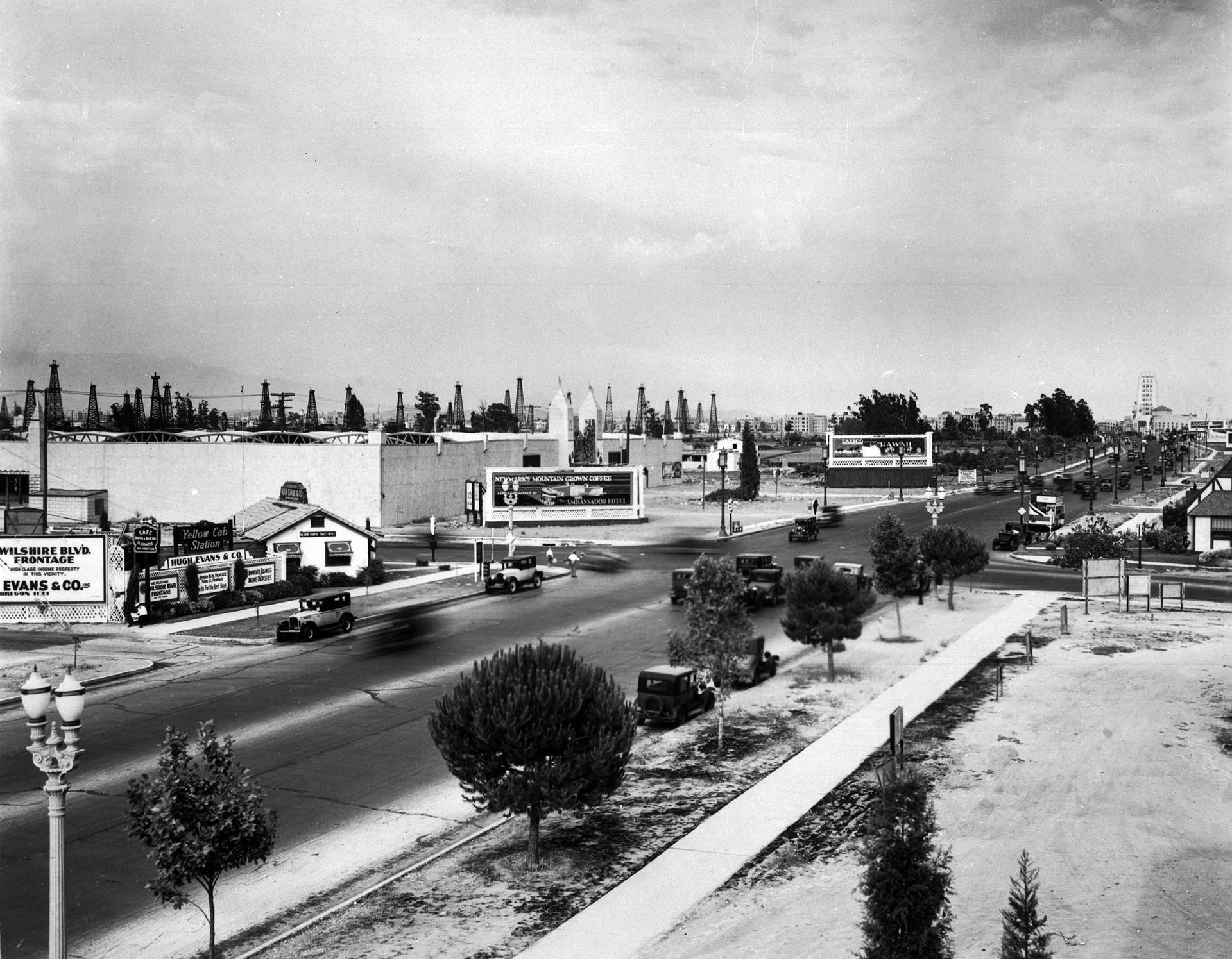 Circa 1929 view of the Miracle Mile, looking east down Wilshire from Fairfax. Courtesy of the Title Insurance and Trust / C.C. Pierce Photography Collection, USC Libraries.