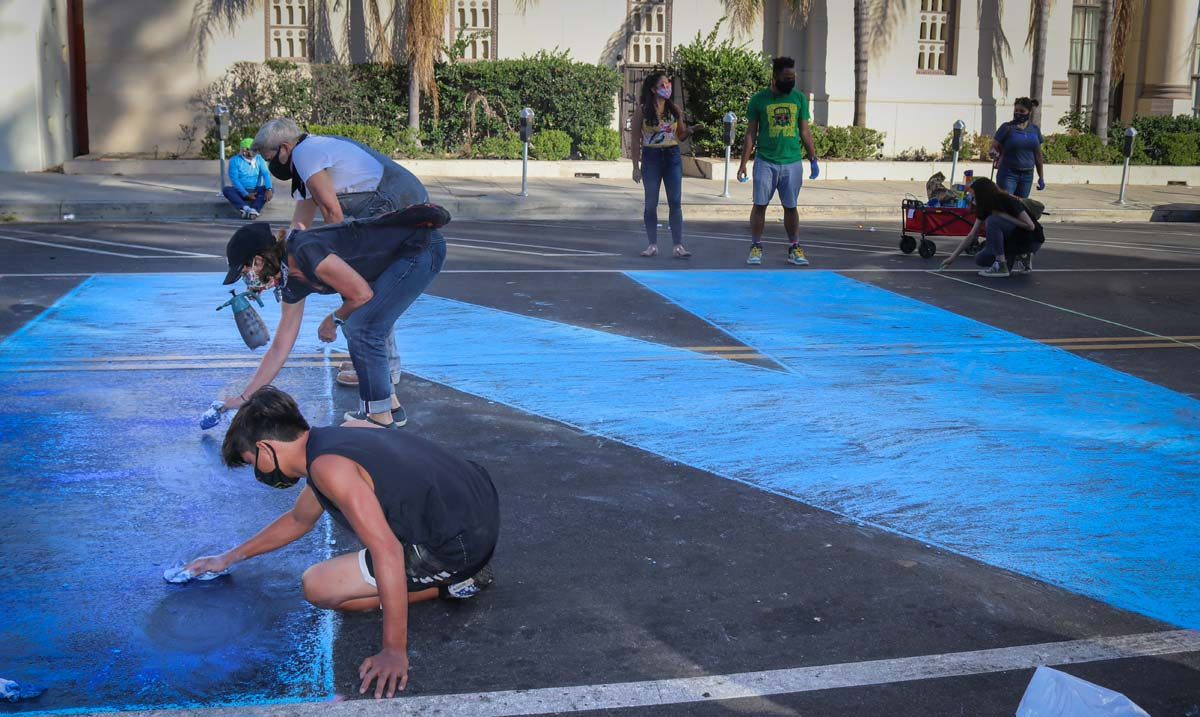 Protestors drawing with chalk during Immigrant Detention Day of Action (Alfombra Centroamericana) organized by the coalition of Central American organizations.| Nelson Lemus, In Plain Sight