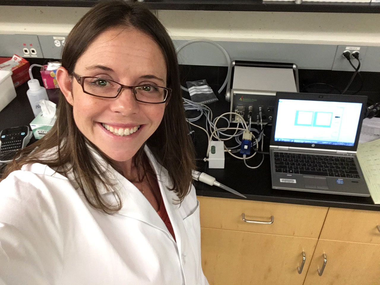 Levine in her lab at USC, making measurements of phytoplankton physiology using a tool called a PHYTO-PAM, which measures photosynthetic capacity. | Naomi Levine