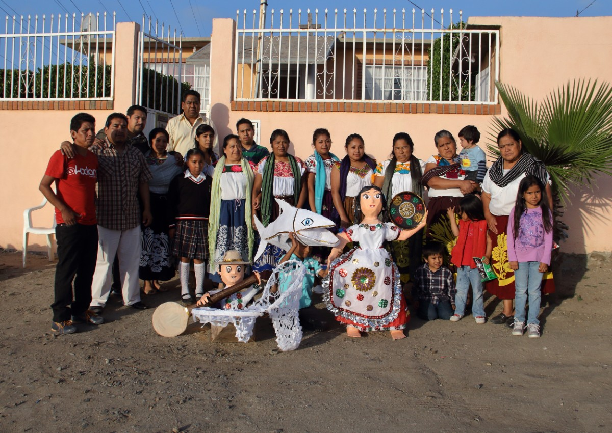 Portrait of the families who took part in the Collaborative Piñata workshop. 2015 | David Figueroa, courtesy of Dignicraft PST LALA Talking to Action