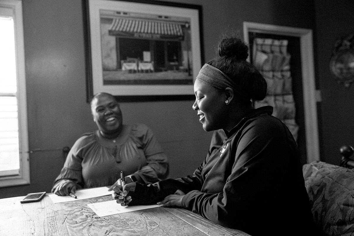 Lashay Mallory writes down the stages of labor as Christian Beckley watches over her. | Samanta Helou Hernandez