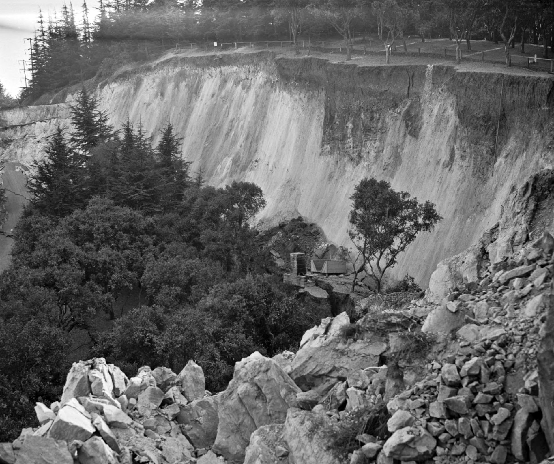 As the landslide crept toward the river, the forest atop the mass remained more or less intact. Courtesy of the Los Angeles Times Photographic Archive, Department of Special Collections, Charles E. Young Research Library, UCLA.