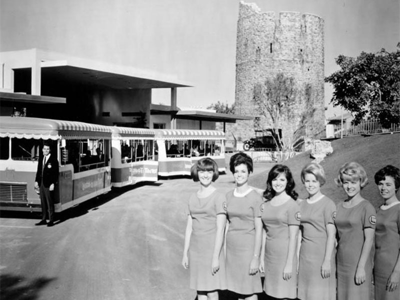 The Universal City Studio Tour Guide Corps poses with the Glamortram | Los Angeles Herald Examiner Photo Collection/Los Angeles Public Library
