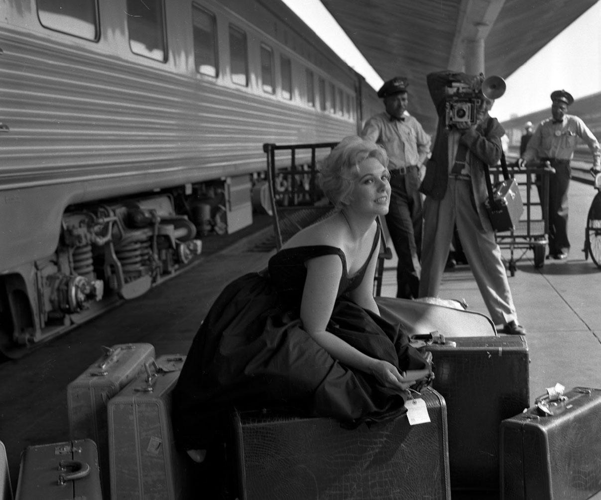 Kim Novak poses (1956)