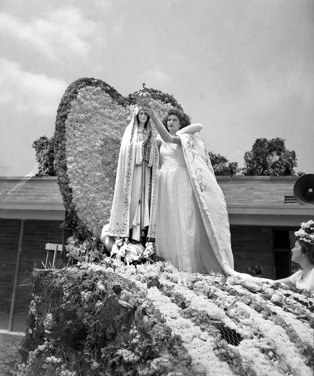 Artesia fiesta Queen Florine Gonsalves crowns Our Lady of Fatima, 1948. Photo courtesy of the Los Angeles Times Photographic Archive – Department of Special Collections, Charles E. Young Research Library, UCLA