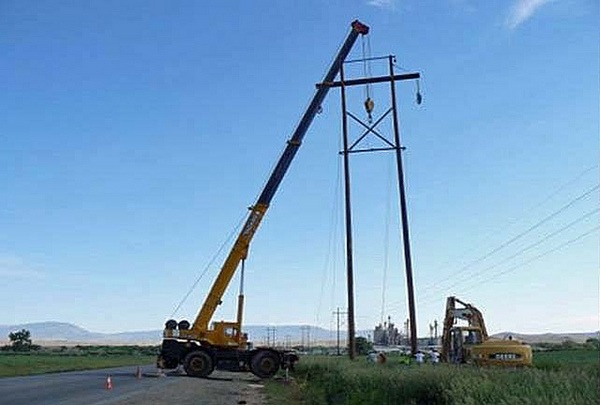 Power line goes up in Wyomin