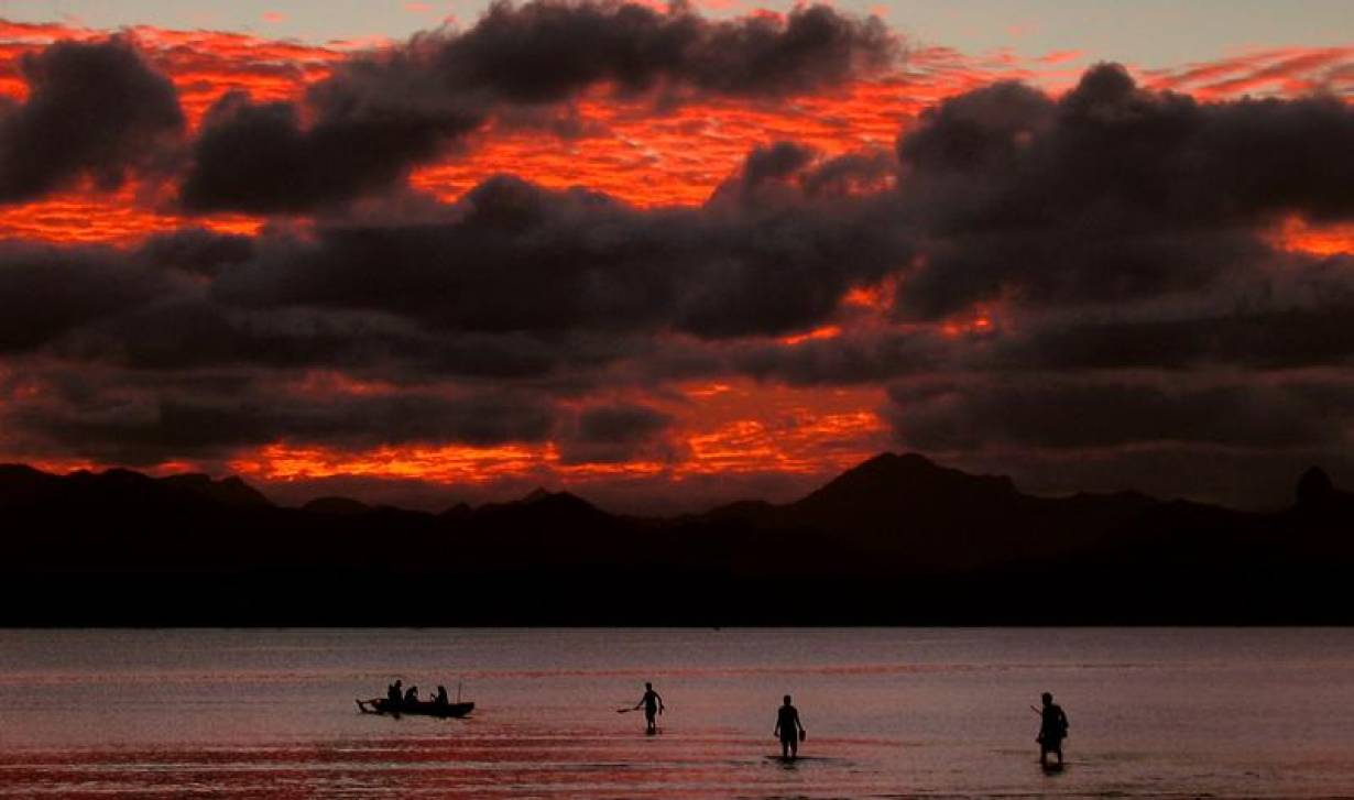 "22-cisk3 left""> 							<p>ARCHIVE PHOTO: Fijian family board their canoe as a sunset lights up the sky behind an island's mountain range in Suva May 1, 2004. 