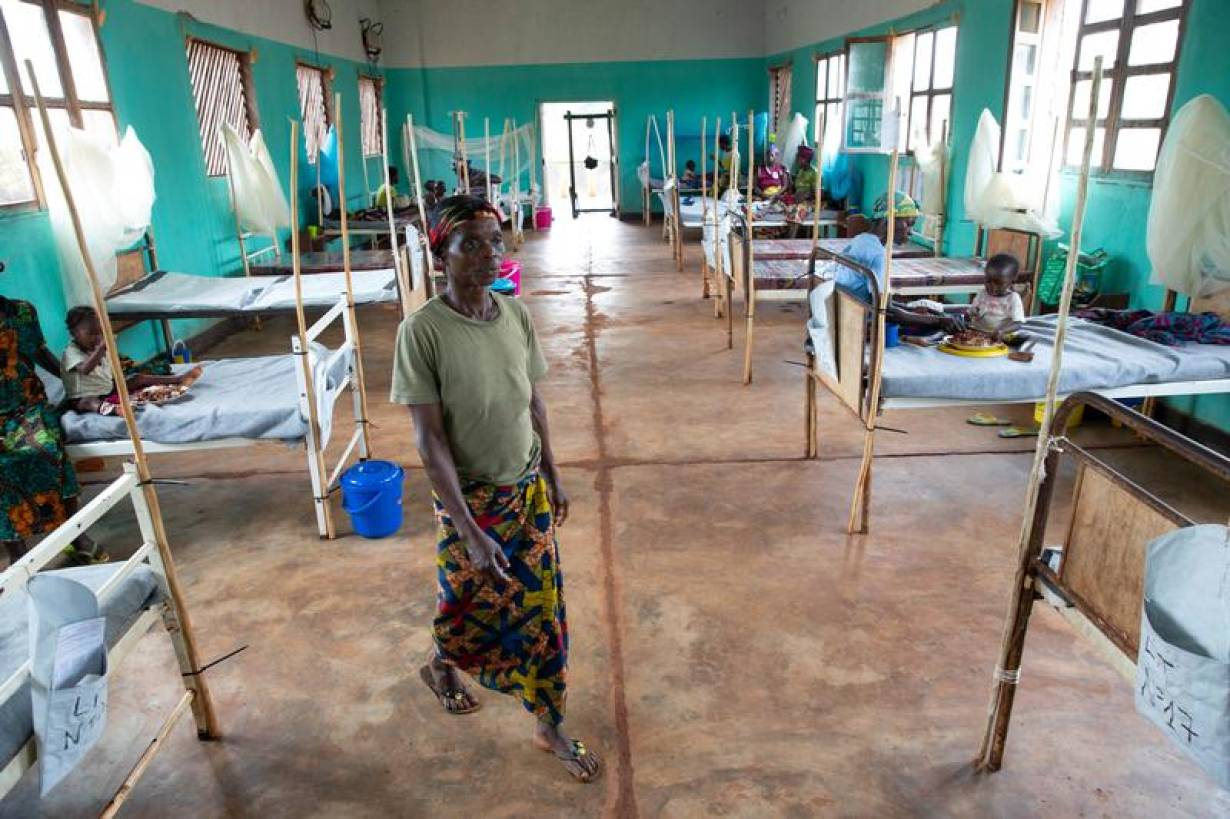 Wanea Mabele, mother of a measles patient, walks through the measles isolation ward in Boso-Manzi hospital in Mongala province in northern Democratic Republic of Congo February 29, 2020. Picture taken February 29, 2020. | REUTERS/Hereward Holland