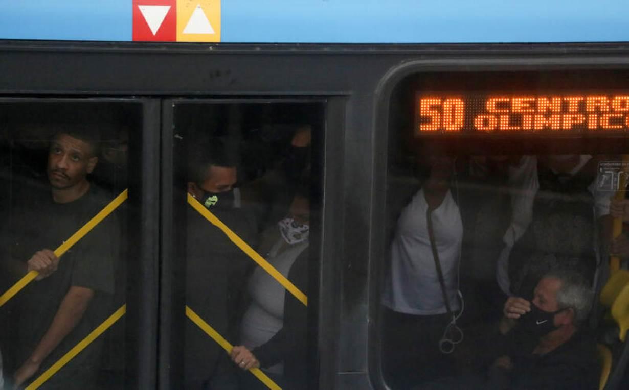 Commuters are seen inside a bus, amid the coronavirus disease (COVID-19) outbreak, in Rio de Janeiro, Brazil July 15, 2020. Picture taken July 15, 2020.   REUTERS/Pilar Olivares