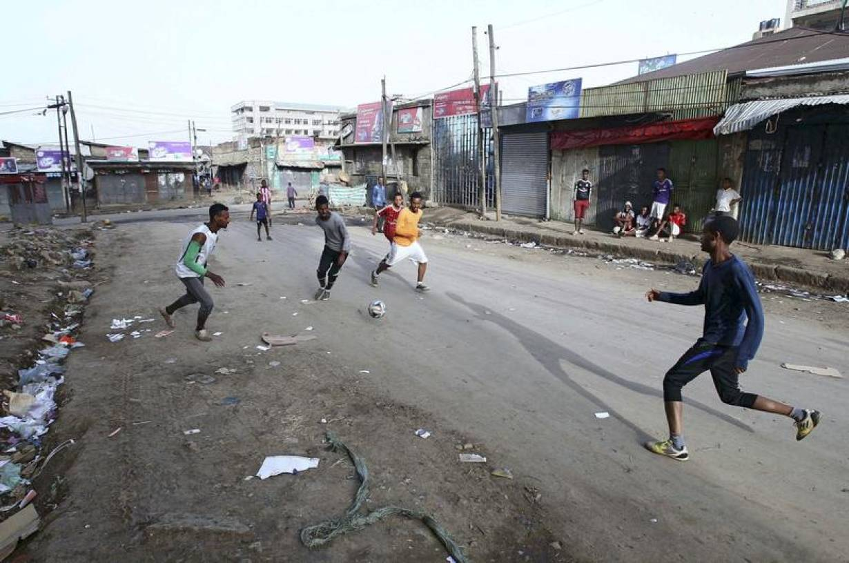 ARCHIVE PHOTO: Boys play soccer in the streets of the Mercato market in Addis Ababa, Ethiopia, June 14, 2015. | REUTERS/Tiksa Negeri