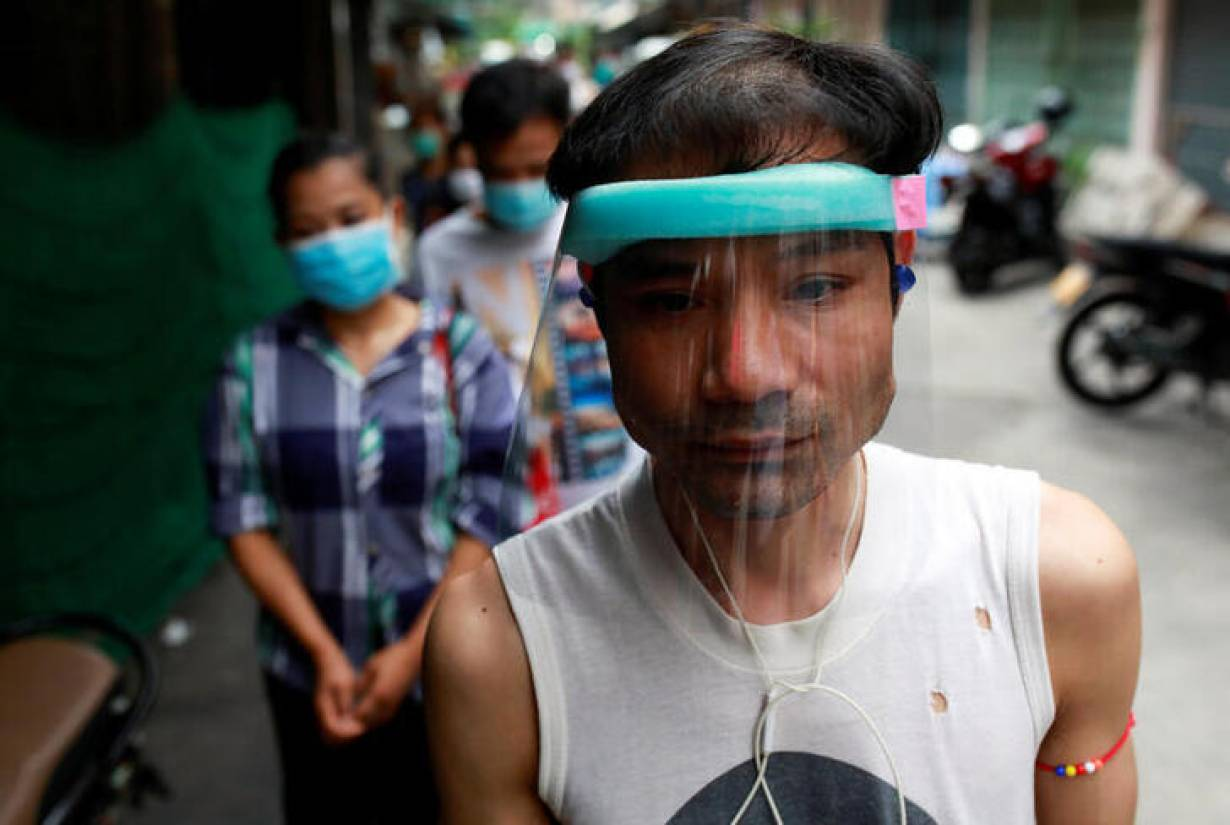 Migrant workers from Myanmar who lost their jobs line up for free foods from volunteers following the coronavirus disease (COVID-19) outbreak in Bangkok, Thailand April 23, 2020. | REUTERS/Soe Zeya Tun