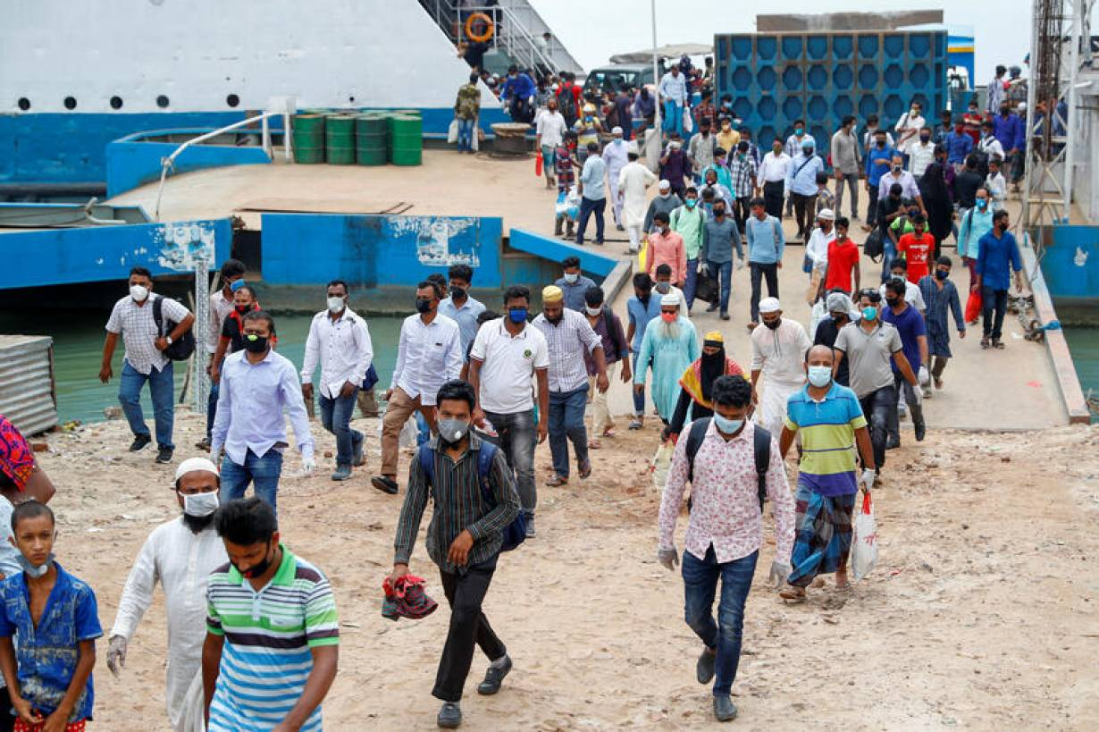 Migrant workers arrive at the Mawa Ferry Ghat in Munshiganj district, Bangladesh April 30, 2020.   REUTERS/Mohammad Ponir Hossain