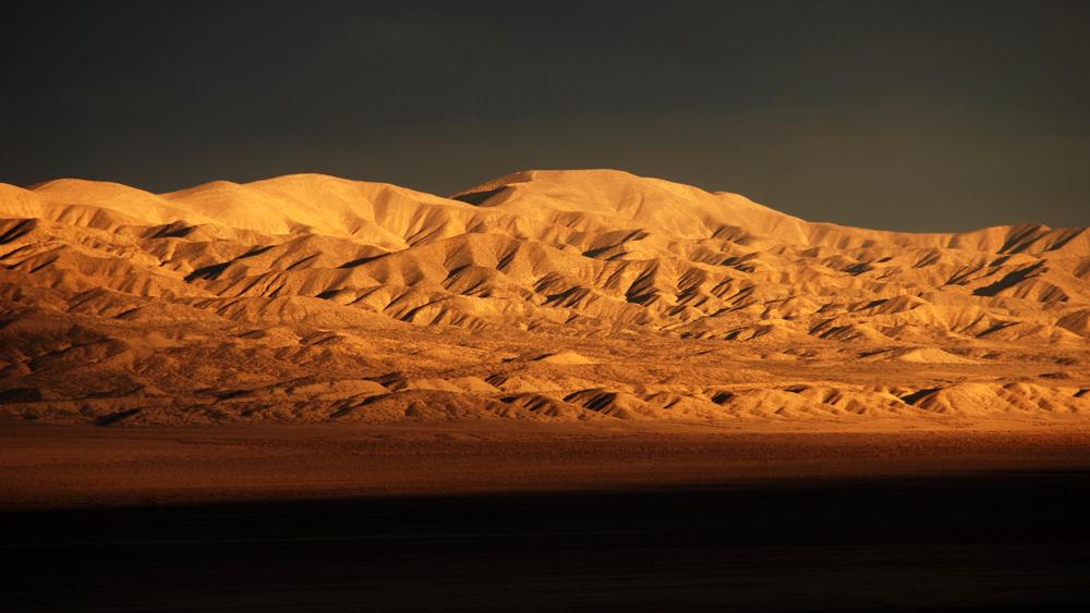 Setting sun illuminates the Temblor Range east of Carrizo Plain | Photo: Molly Travis/iStockPhoto