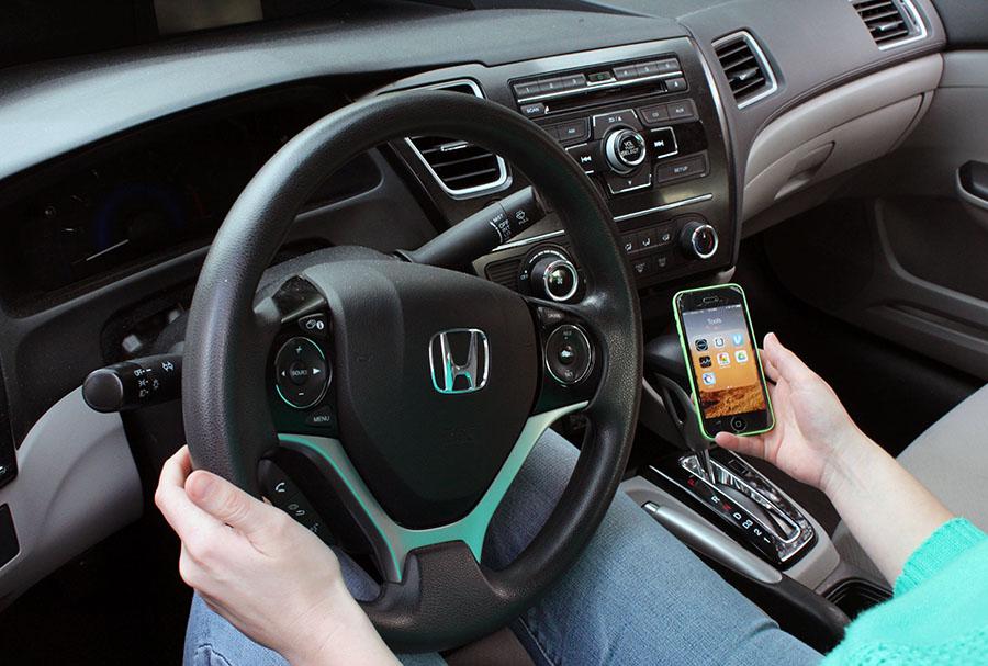 uber_driver_opening_uber_app_on_phone_900.jpg