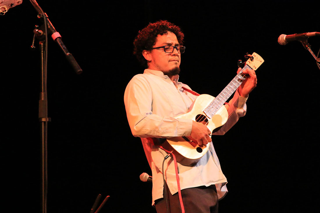 Cesar Castro performing at the Aratani Theatre | Erick Iñiguez