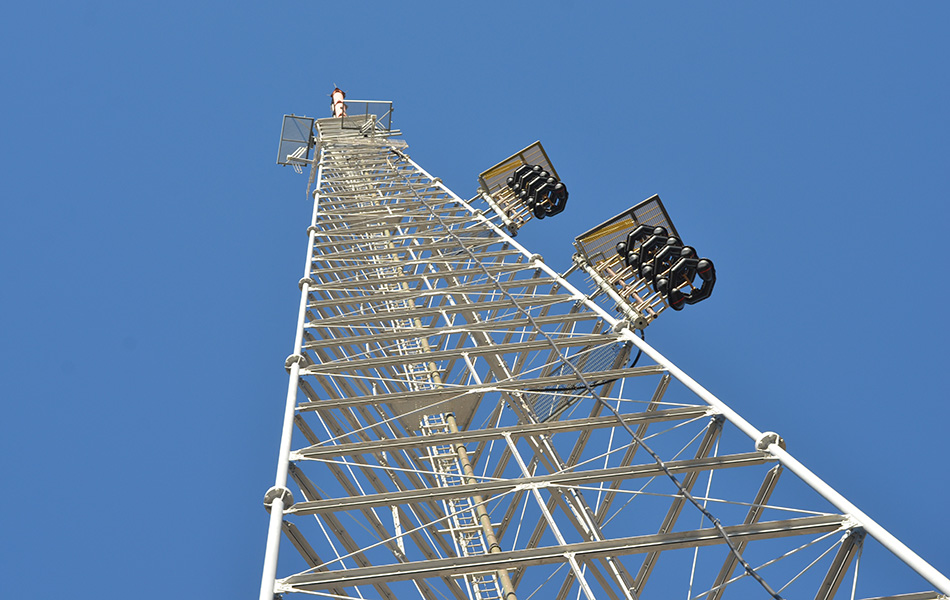 KCET's 373-foot broadcast antenna tower